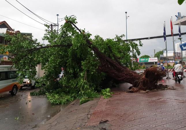 Giao thông TPHCM hỗn loạn sau cơn mưa lúc rạng sáng ảnh 11