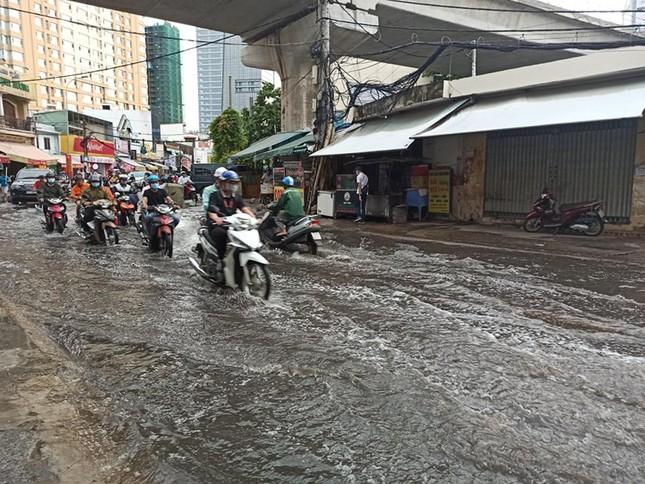 Giao thông TPHCM hỗn loạn sau cơn mưa lúc rạng sáng ảnh 2