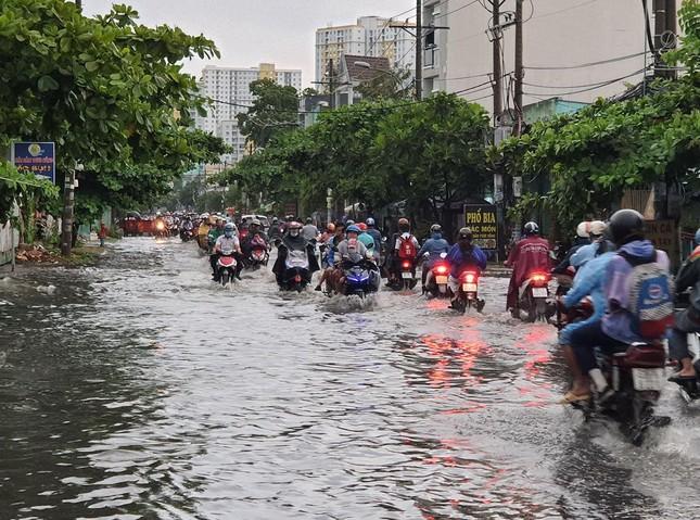 Giao thông TPHCM hỗn loạn sau cơn mưa lúc rạng sáng ảnh 3