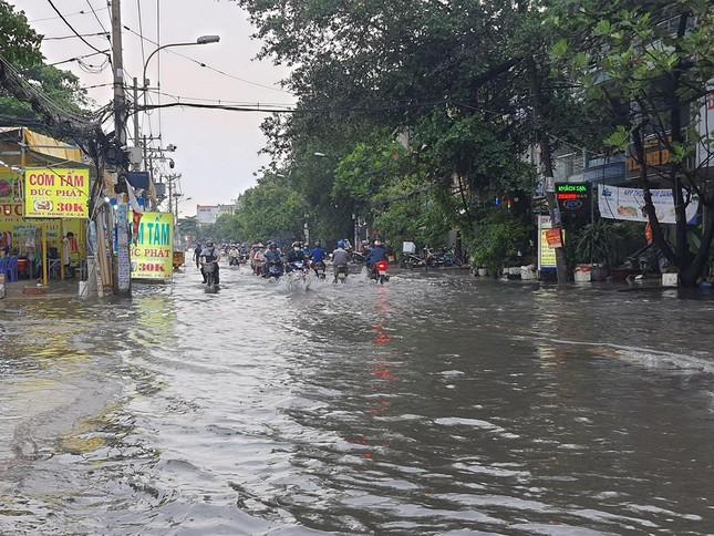 Giao thông TPHCM hỗn loạn sau cơn mưa lúc rạng sáng ảnh 4