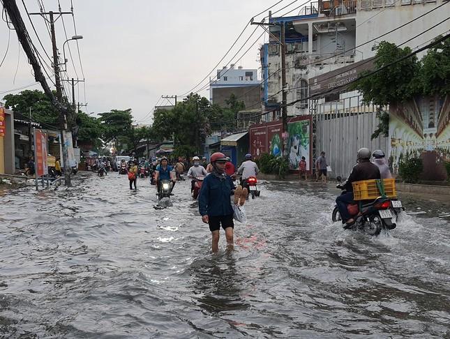 Giao thông TPHCM hỗn loạn sau cơn mưa lúc rạng sáng ảnh 5