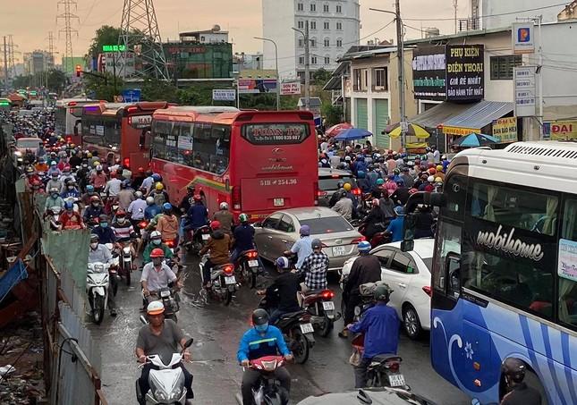 Giao thông TPHCM hỗn loạn sau cơn mưa lúc rạng sáng ảnh 6