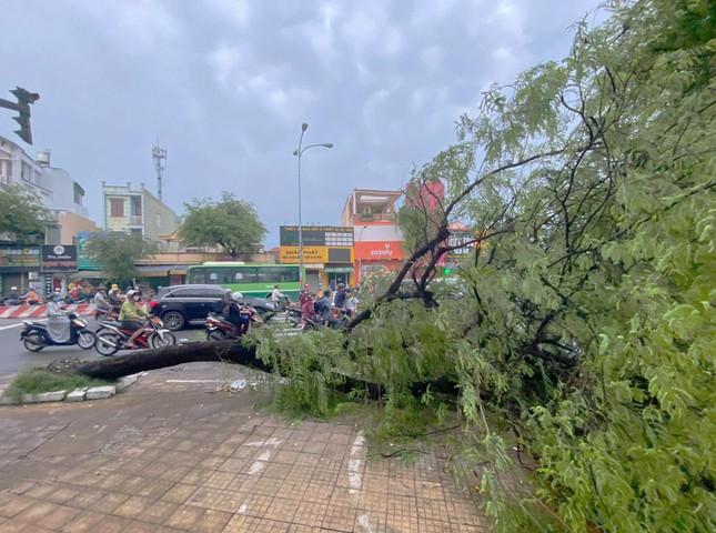 Giao thông TPHCM hỗn loạn sau cơn mưa lúc rạng sáng ảnh 10