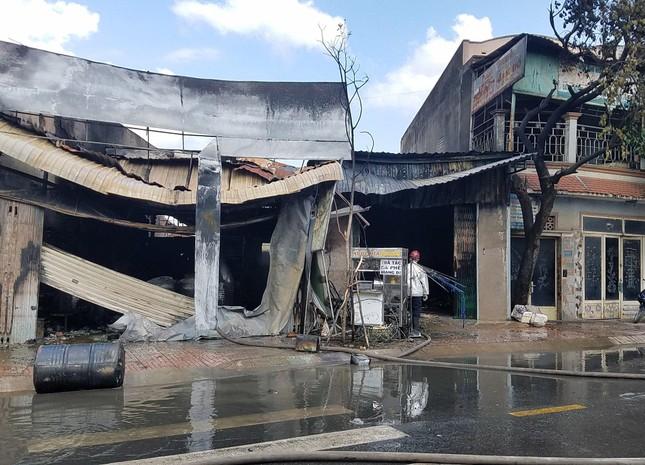 TPHCM: Cháy nổ kinh hoàng cửa hàng bán sơn ảnh 2