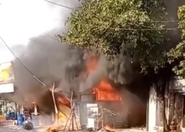 TPHCM: Cháy nổ kinh hoàng cửa hàng bán sơn ảnh 1