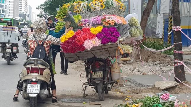 Tuần cuối dịp 20/10, hoa tặng chị em tăng giá mạnh ảnh 2
