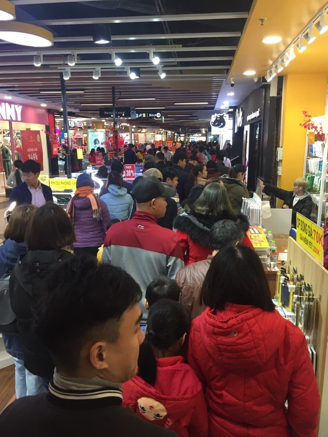 Rồng rắn xếp hàng vào siêu thị mua sắm Tết ảnh 2