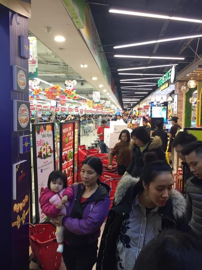 Rồng rắn xếp hàng vào siêu thị mua sắm Tết ảnh 3