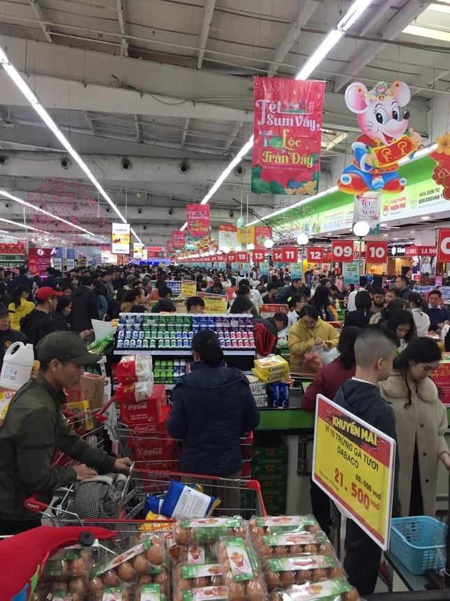 Rồng rắn xếp hàng vào siêu thị mua sắm Tết ảnh 4