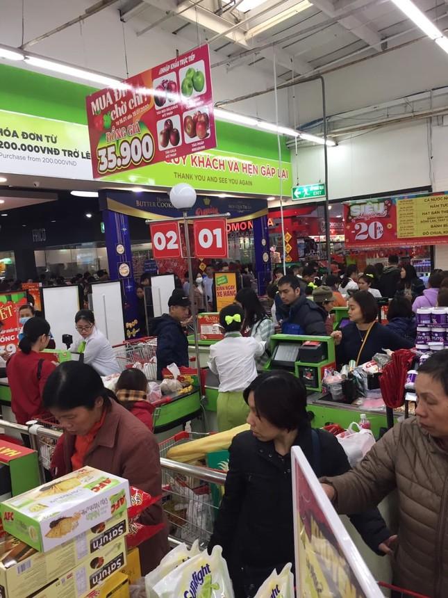Rồng rắn xếp hàng vào siêu thị mua sắm Tết ảnh 5