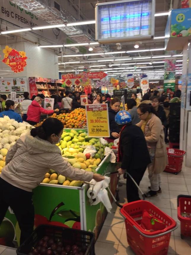 Rồng rắn xếp hàng vào siêu thị mua sắm Tết ảnh 7