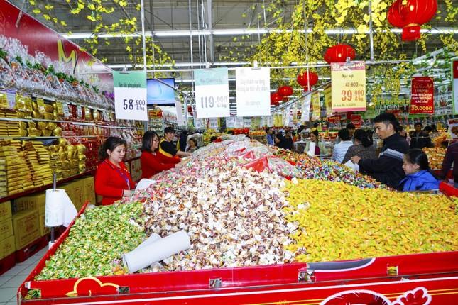 Rồng rắn xếp hàng vào siêu thị mua sắm Tết ảnh 8