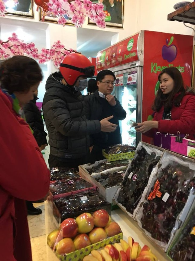 Hoa quả ngoại tràn ngập chợ, siêu thị ngày Tết ảnh 2