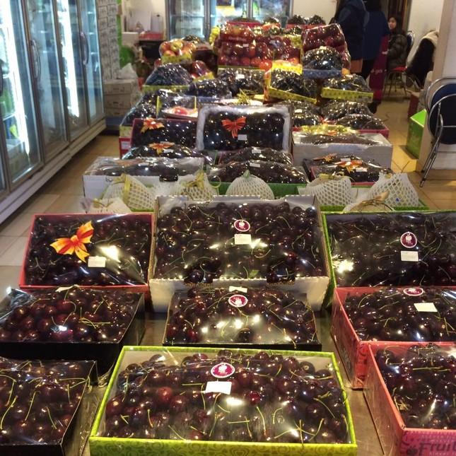 Hoa quả ngoại tràn ngập chợ, siêu thị ngày Tết ảnh 3