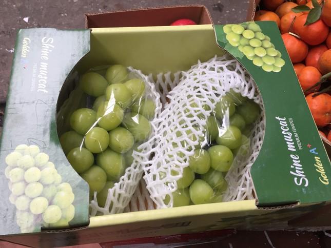 Hoa quả ngoại tràn ngập chợ, siêu thị ngày Tết ảnh 1
