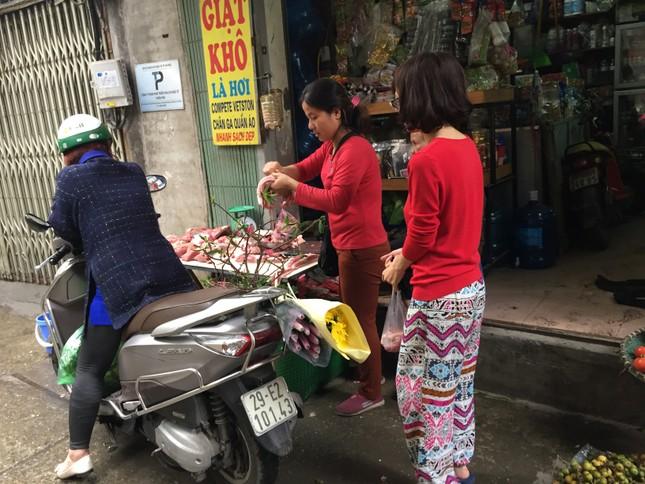 Sáng 30 Tết, hối hả sắm tết buổi cuối tại chợ truyền thống ảnh 1