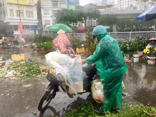 Chiều 30 Tết: Dân thủ đô đội mưa mua hoa 'giá bèo' ảnh 10