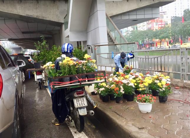 Chiều 30 Tết: Dân thủ đô đội mưa mua hoa 'giá bèo' ảnh 4