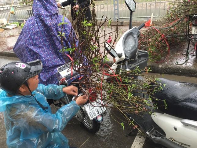 Chiều 30 Tết: Dân thủ đô đội mưa mua hoa 'giá bèo' ảnh 5