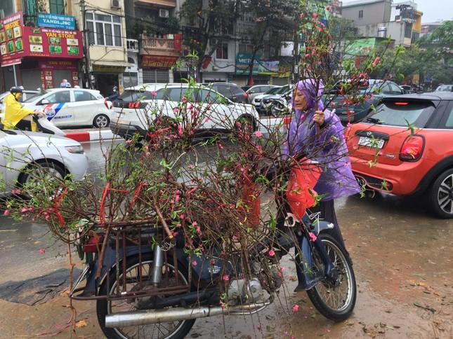 Chiều 30 Tết: Dân thủ đô đội mưa mua hoa 'giá bèo' ảnh 6