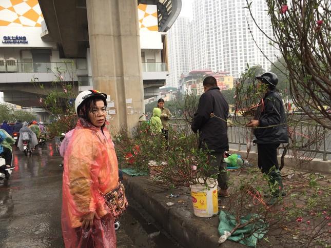 Chiều 30 Tết: Dân thủ đô đội mưa mua hoa 'giá bèo' ảnh 9