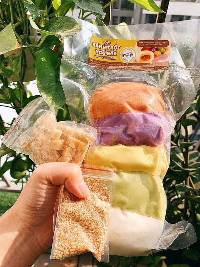 Bánh trôi ngũ sắc hút khách trước ngày Tết Hàn thực ảnh 1