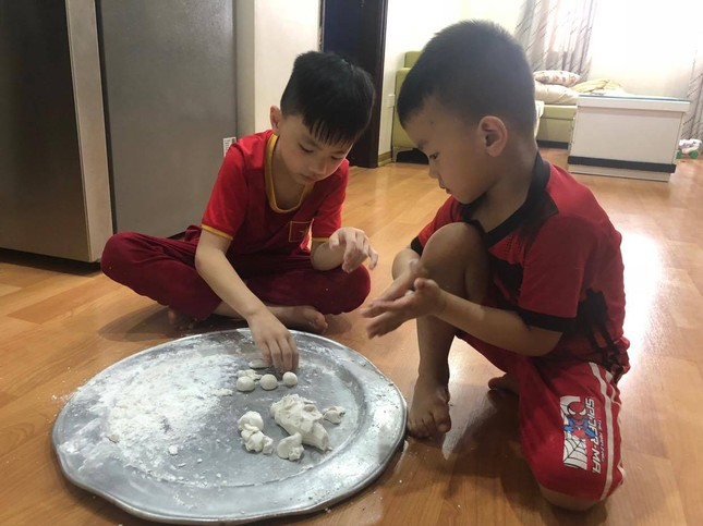 Bánh trôi ngũ sắc hút khách trước ngày Tết Hàn thực ảnh 4