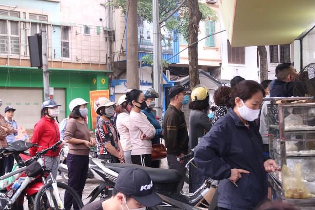Người Hà Nội xếp hàng mua bánh trôi, bánh chay từ 5 giờ sáng ảnh 1