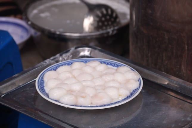 Người Hà Nội xếp hàng mua bánh trôi, bánh chay từ 5 giờ sáng ảnh 4