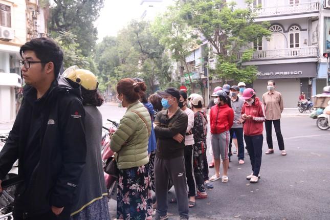 Người Hà Nội xếp hàng mua bánh trôi, bánh chay từ 5 giờ sáng ảnh 2