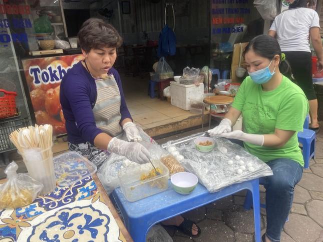 Người Hà Nội xếp hàng mua bánh trôi, bánh chay từ 5 giờ sáng ảnh 8