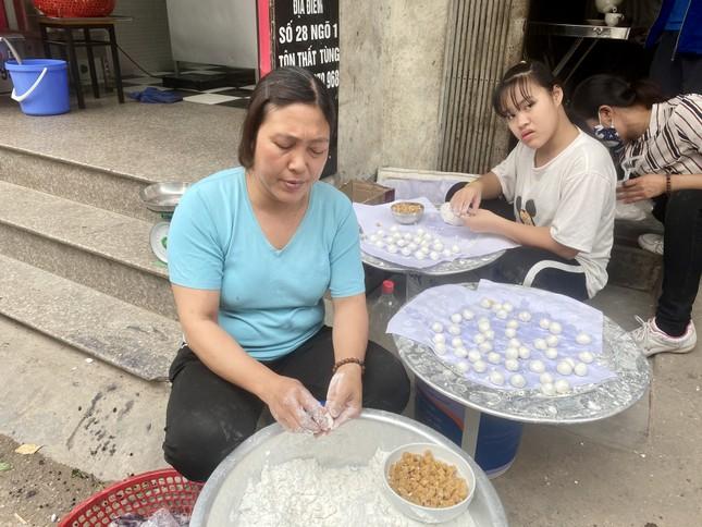 Người Hà Nội xếp hàng mua bánh trôi, bánh chay từ 5 giờ sáng ảnh 9