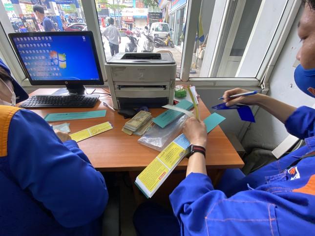Người dân Hà Nội xếp hàng mua bảo hiểm xe máy ảnh 2