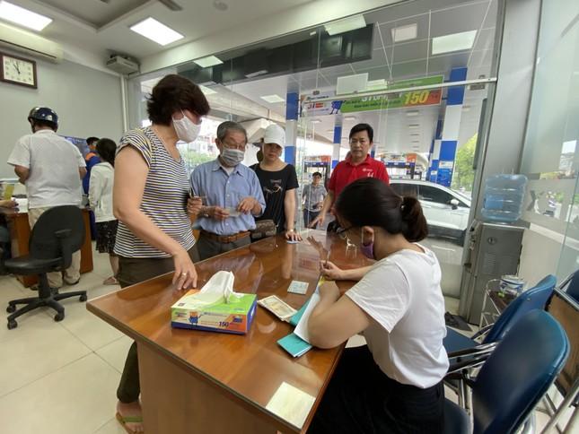Người dân Hà Nội xếp hàng mua bảo hiểm xe máy ảnh 6