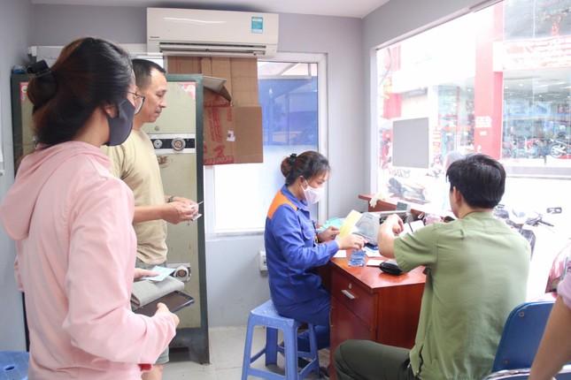 Người dân Hà Nội xếp hàng mua bảo hiểm xe máy ảnh 9