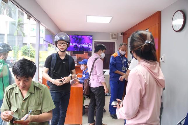 Người dân Hà Nội xếp hàng mua bảo hiểm xe máy ảnh 8