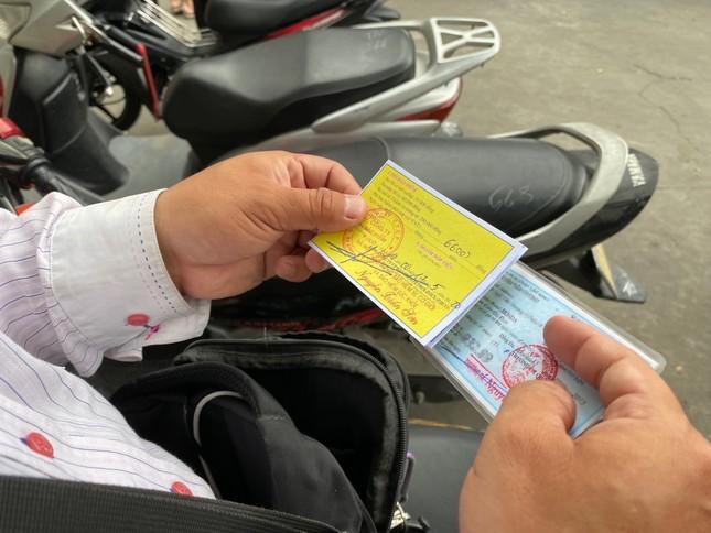 Người dân Hà Nội xếp hàng mua bảo hiểm xe máy ảnh 4