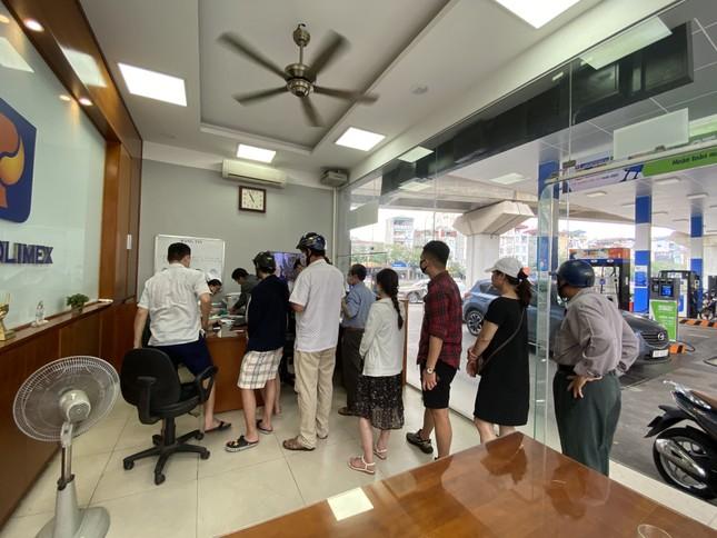 Người dân Hà Nội xếp hàng mua bảo hiểm xe máy ảnh 5