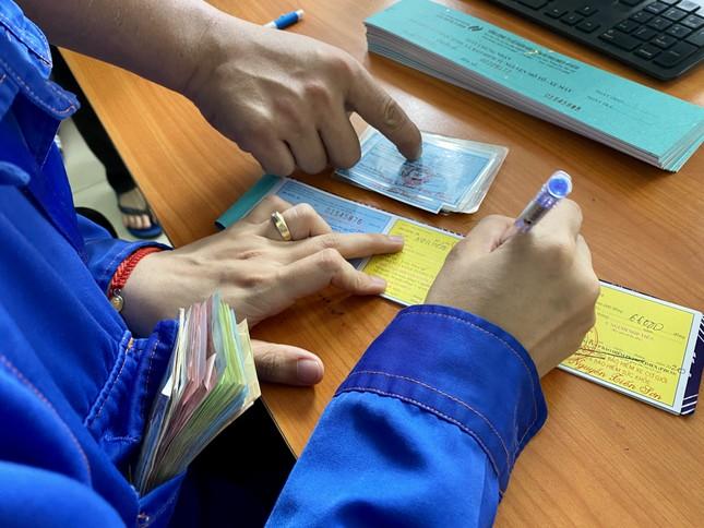 Người dân Hà Nội xếp hàng mua bảo hiểm xe máy ảnh 3