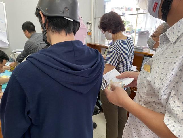 Người dân Hà Nội xếp hàng mua bảo hiểm xe máy ảnh 7