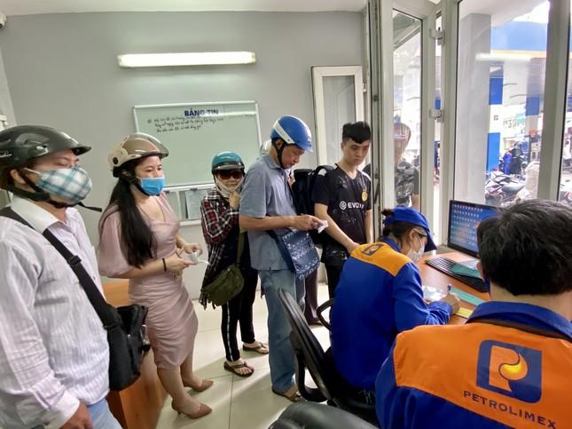 Người dân Hà Nội xếp hàng mua bảo hiểm xe máy ảnh 1