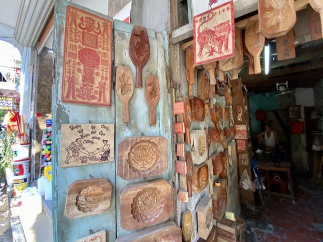 Triết lý 'ngược đời' của người thợ Hà thành 40 năm làm khuôn bánh Trung thu ảnh 2