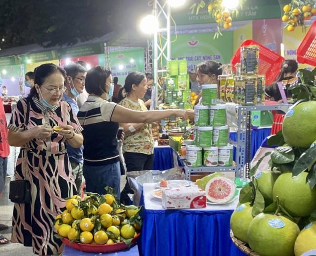 Na Hoàng Hậu 'khổng lồ' hút khách Hà Nội mua sắm chỉ có trong dịp cuối tuần này ảnh 8