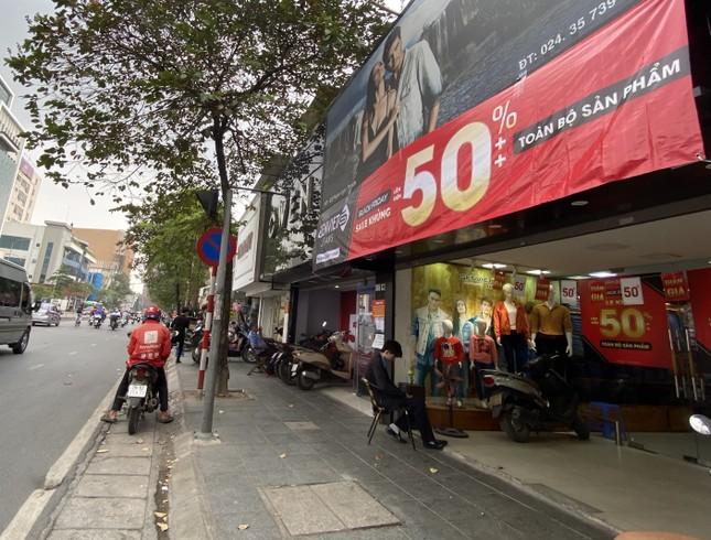Nhiều cửa hiệu tưng bừng tung sale 'khủng' dịp Black Friday ảnh 3