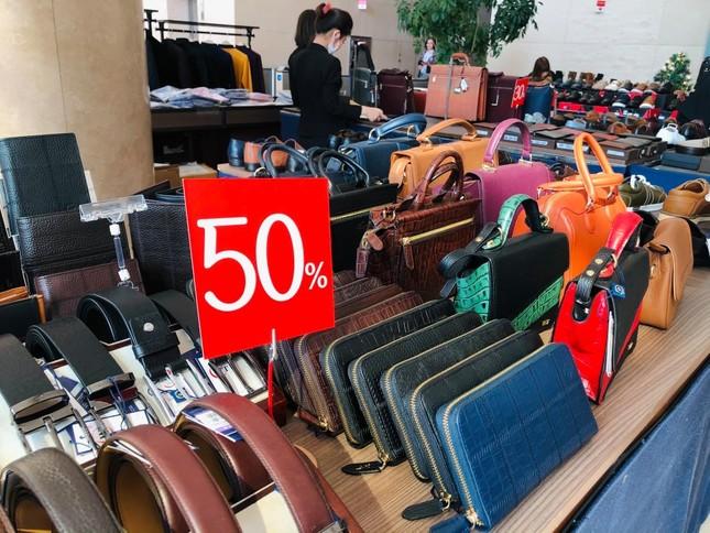 Nhiều cửa hiệu tưng bừng tung sale 'khủng' dịp Black Friday ảnh 4