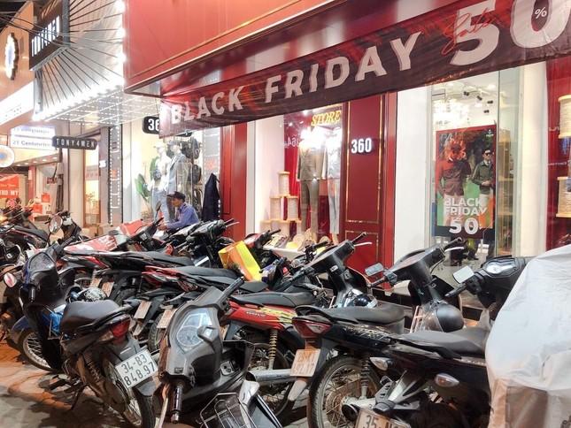 Nhiều cửa hiệu tưng bừng tung sale 'khủng' dịp Black Friday ảnh 2