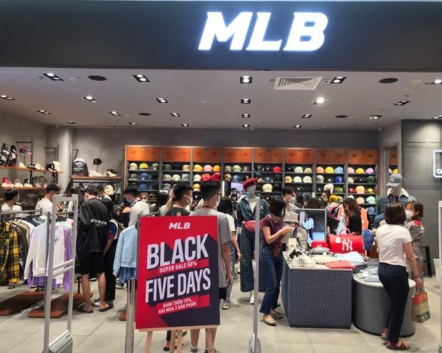 Nhiều cửa hiệu tưng bừng tung sale 'khủng' dịp Black Friday ảnh 1
