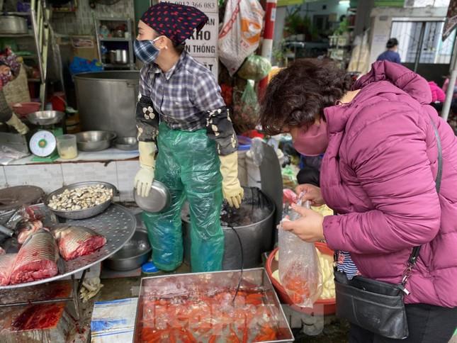 Thị trường chính ngày Ông Công ông Táo: Hoa quả đổ đống giá rẻ, cá chép đắt gấp đôi  ảnh 3