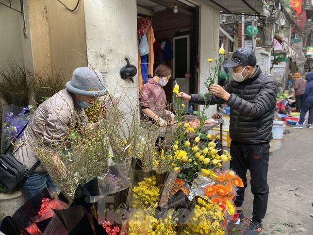 Thị trường chính ngày Ông Công ông Táo: Hoa quả đổ đống giá rẻ, cá chép đắt gấp đôi  ảnh 5