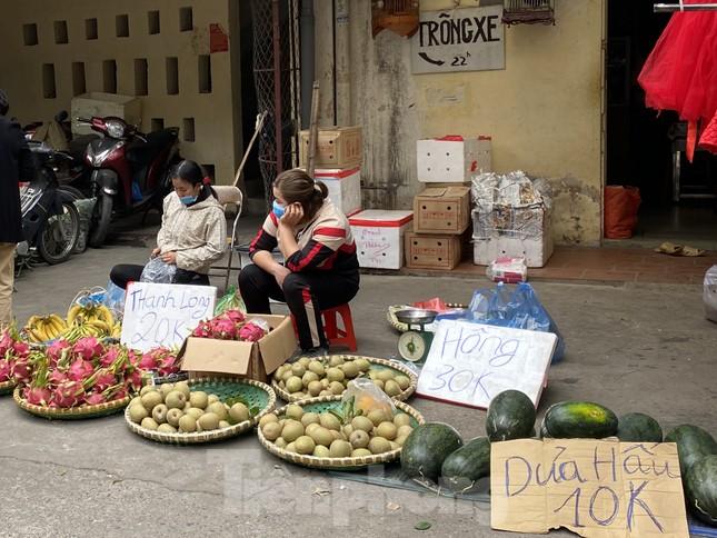 Thị trường chính ngày Ông Công ông Táo: Hoa quả đổ đống giá rẻ, cá chép đắt gấp đôi  ảnh 7